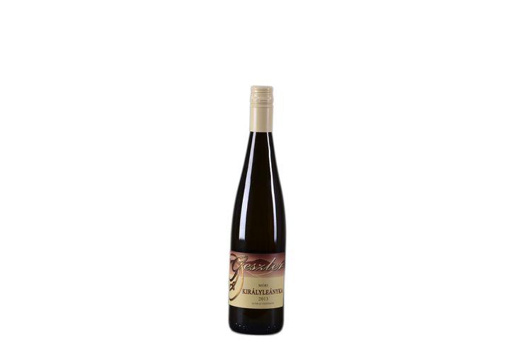 Országos Borverseny ezüst érmes! Móri Királyleányka (2013)  oltalom alatt álló eredetmegjelölésű SZÁRAZ fehérbor Bővebben a borról itt: http://www.geszlerpince.hu/borok-geszler-csaladi-pinceszet-mor/mori-kiralyleanyka-2013#tartalom