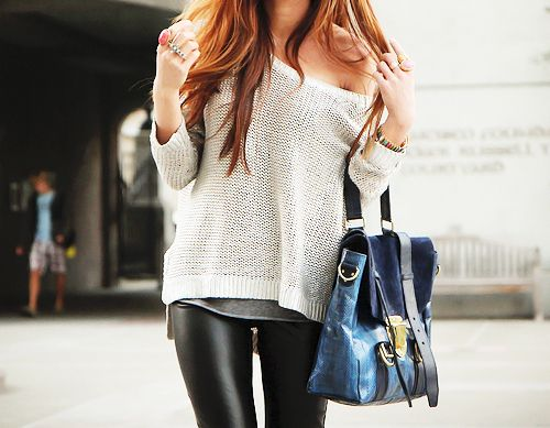 leather leggings.Fashion, Style, Outfit, Slouchy Sweater, Leather Legs, Oversized Sweaters, Leather Leggings, Leather Pants, Leatherpants