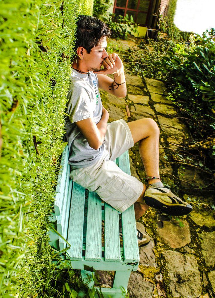 """Foto tomada por Joaquin de la Cruz, de Guatemala.  Vive el mundo al derecho y al revés.  """"Lo que se desea transmitir en esta foto es que al igual que el Idol 3 nosotros veamos un mundo fuera de lo normal,  dejándonos llevar por la extra cotidianidad dándole vuelta a todo; Un gran ejemplo es esta fotografía , ya que visitar un parque y sentarse en la pared es algo imposible y fuera de lo normal pero si lo miramos desde otro angulo es algo que a simple vista es genial y mágico."""" Joaquin de la…"""