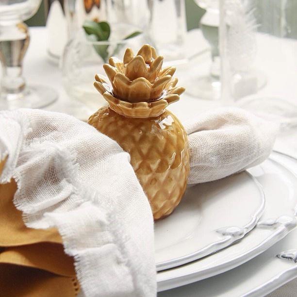 Ja pensou em todos os detalhes da mesa para o Dia das Mães? Nossa dica em primeira mão é o porta guardanapo Abacaxi em cerâmica. Faz a diferença! #temqueter #diadasmaes #elamerece #tableware #vestiramesa #familia #receberbem #exclusivo #taniabulhoes #listadecasamento