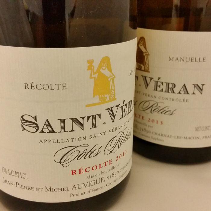 """2013 Saint-Véran cuvée Côtes Rôties Domaine Auvigue - 12 flessen (75cl)  Vul niveau: nekLabel: uitstekende perfecte beschrijvingCapsule voorwaarde: uitstekendfles formaat: 75 cl.Familie domein bottelenWe zullen opnieuw inpakken van de 12 flessen in een doos voor het VINOLOGIX van veilige professionele verzekering inbegrepen.De naam van """"Côtes Rôties"""" op de etiketten van deze geweldige proeverij Saint-Véran verwijst naar de gunstige positie op de zonnige heuvels!Dat is de exacte situatie…"""