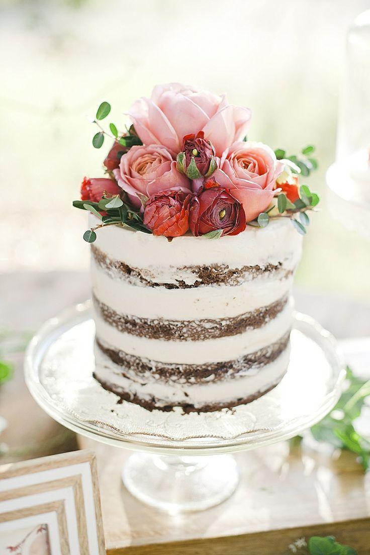 Kleine naked wedding cake met roze verse bloemen, wat een romantische bruidstaart!