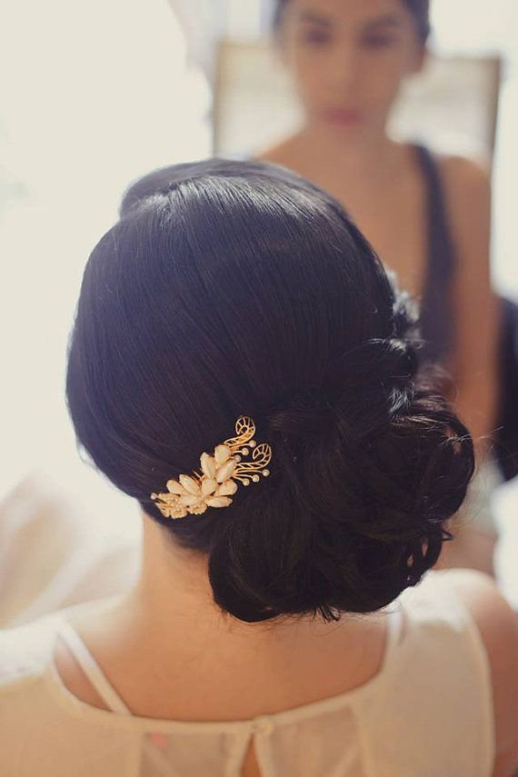 サイドでまとめたエレガントヘア。秋の結婚式の花嫁衣装 髪型候補♡ウェディングドレス、カラードレスにも似合うヘアスタイルまとめ一覧♡