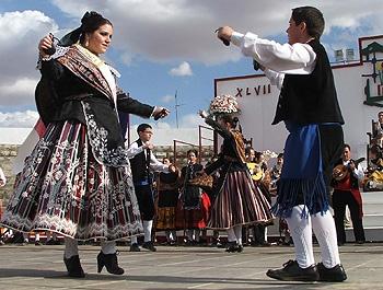 Los vistosos colores de los trajes regionales manchegos que llevan los mozos y mozas son unos de los grandes protagonistas de los Mayos.