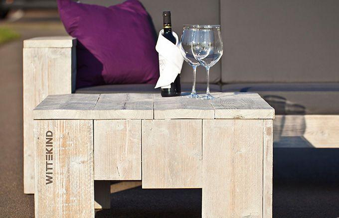 Das Zusammenspiel des abgewitterten Fichtenholzes mit unserem markanten WITTEKIND Brandzeichen machen den Lounge Tisch (lang) zu einem echten Blickfang.