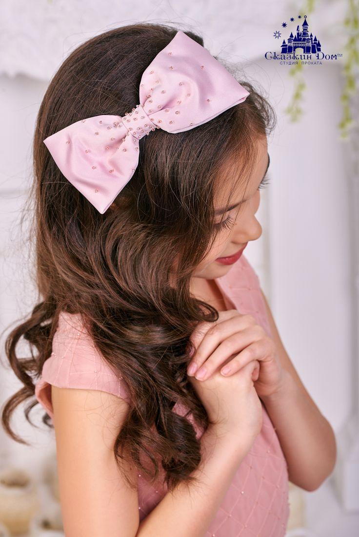 Каждая девочка мечтает произвести впечатление стильной дамы) Это невероятно изысканное платье модного «пудрового» оттенка просто идеально для торжественных мероприятий! Оригинальный фасон подчеркивает все достоинства фигуры, лиф «выстеган» вручную и расшит бисером. Образ завершают пышная юбка и стильная брошь в виде банта.  Прекрасным дополнением выступает обруч с бантом в тон платья, который также расшит вручную бисером. пр-т им.А. Поля, 48а  +38(056)372-46-50  #сказкиндом…