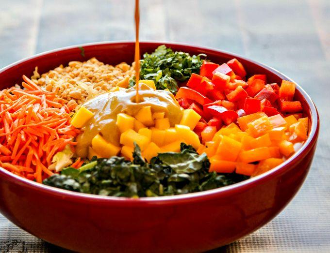 Deze Thaïse curry salade is erg gezond en smaakt overheerlijk. Ik zelf ben helemaal gek op de dressing en gebruik het op zo veel mogelijkgerechten. Ik weet zeker dat jou hetzelfde zal overkomen. Misschien dat je de pinda´s wilt weglaten in verband met allergie,ook al geven de pinda´seen heerlijke extra smaak. Maar wat je ook doet, laat alsjeblieft de mango niet uit de salade! De mangozorgt voor wat zoetigheid naast de boerenkool. Variatie Tip: voeg kip of garnalentoe. Ingrediënten Saus…