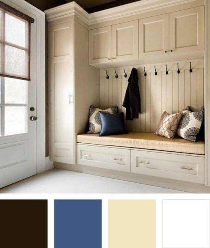 Couloire - un banc avec des coussins. Des placards blancs.