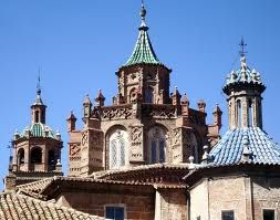 "El Mudejar de Aragon vino de la influencia de Islam.          One of the events (possibly the most significant) in the history of Spanish art is the outbreak of a style called ""Mudejar"". ""Mudejar"" is the appearance of Christian and Muslim  influence (mostly coming from Islam)."