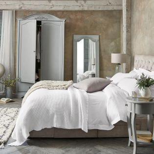 Is there aaaanything more luxurious than this set up?! Our collection luxe had a 300 thread count and is a MUST for a relaxing sleep!