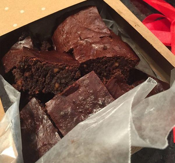 Estos son unos brownies a base de cacao que preparé para un compartir que tuvo Avril esta semana, son muy sanos.