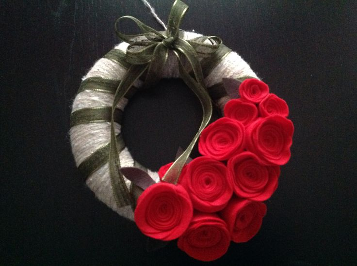 Ghirlanda natalizia ricoperta in lana con roselline di pannolenci