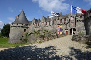 A la fin du Moyen Âge, Jean II de Rohan fait construire une forteresse militaire dominant la ville. Ce château avait vocation à être une prestigieuse demeure, à la hauteur de la renommée de la famille de Rohan. Suite aux intempéries de l'hiver 2013, une partie du mur sud du château s'est affaissé, fragilisant dans sa chute la tour attenante.  le château gardera portes closes pour le moment