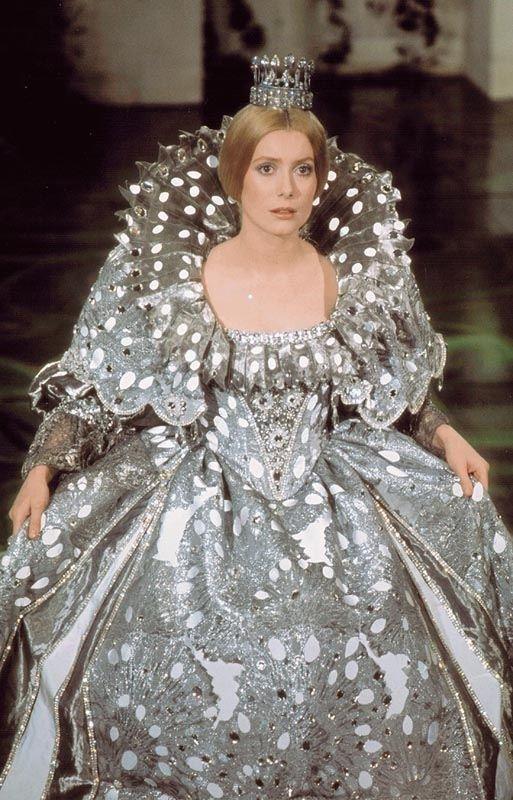 Une robe couleur de Lune Peau d'Ane de Jacques Demy (1970) avec Catherine Deneuve