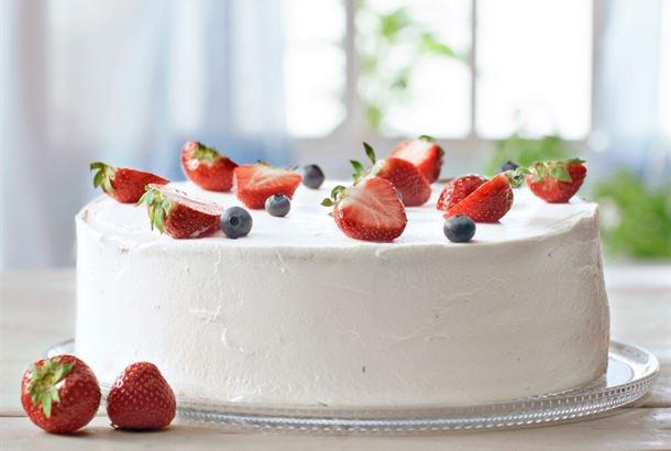Täytekakku kruunaa juhlan kuin juhlan. Marjoin tai hedelmin höystetty täytekakku on kahvipöydän kuningatar. http://www.valio.fi/reseptit/helppo-rahkataytekakku/