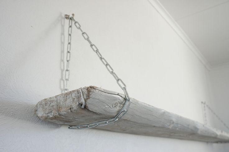 Plankehylle med kjettingoppheng