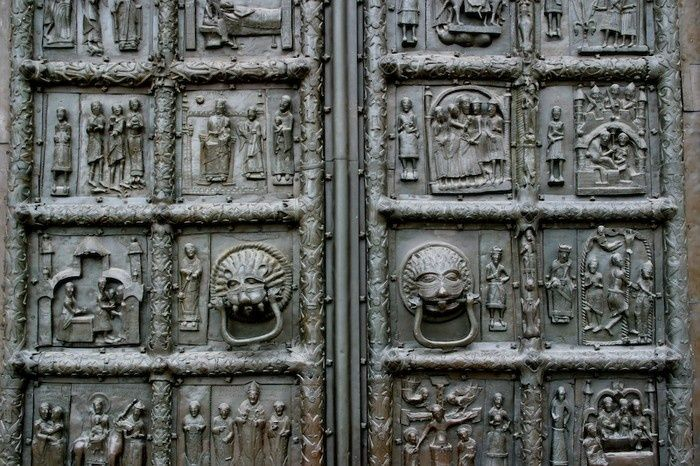 Doors cast in bronze in the years 1152-1154 in Magdeburg no doubt intended for the cathedral in Plock. Płockie door, along with Gniezno Door, are one of the best works of its kind in the twelfth century Europe, not least because of the drawing lodging and craftsmanship of their execution. Masters who have done this work were: Riqunin, Waismuth, Abraham
