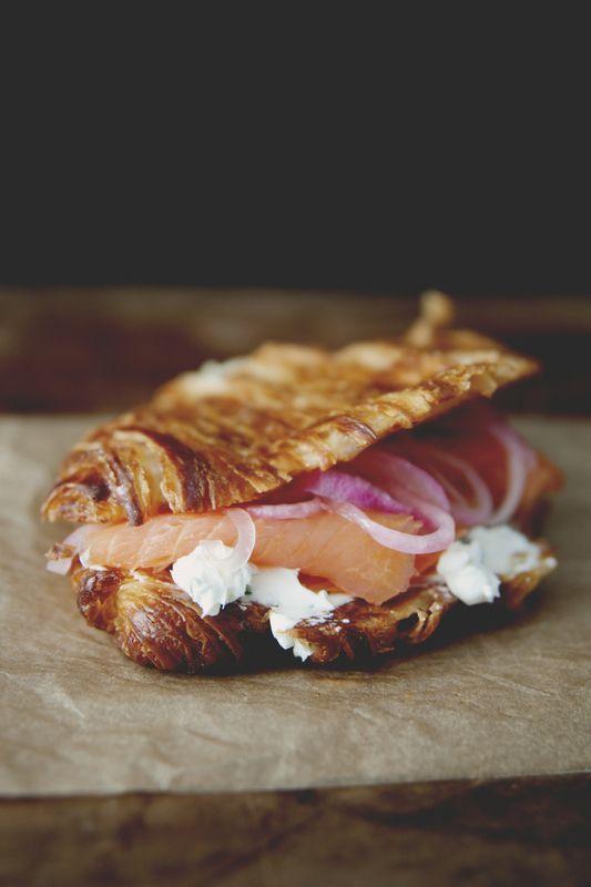 Croissant au saumon fumé, boursin et oignon