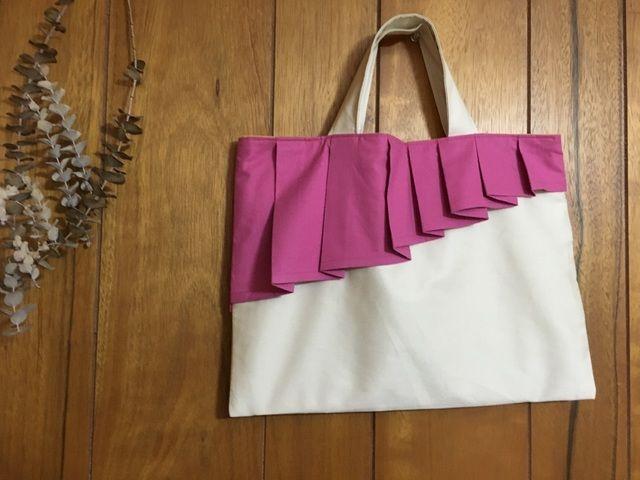 ≪人気商品≫2018年ご入園・ご入学用バッグにぜひどうぞ。上品なベージュのツイル生地に、北欧の空を舞うオーロラのような大きなプリーツが目を引くロマンチックなデザインのバッグが出来ました。おこさまの通園・通学バッグ、レッスンバッグ、絵本バッグとして、また大...