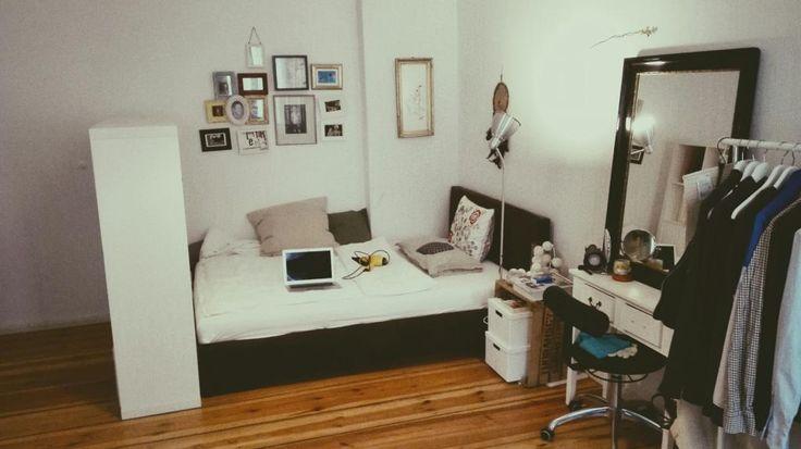 Gemütliches WG-Zimmer in Berlin Friedrichtshain - Kleiderstange und kleine Bilderwand über dem Bett
