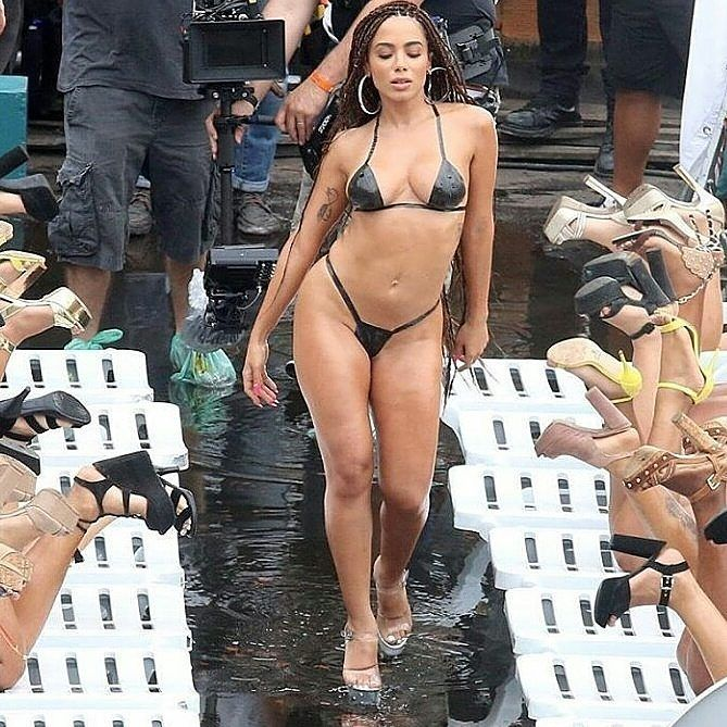 The best video clip of all time in December @anitta  #anitta #vaimalandra #downtown #jbalvin #alesso #isthisforme #poollber  #nickiminaj #justinbieber #neymar #brunamarquezine #drake #rihanna #beyonce #iggyazalea #maluma #katyperry #lewishamilton #demilovato #ladygaga #dualipa #newyork #losangeles #argentina #colombia #shakira #jeniferlopez #japao