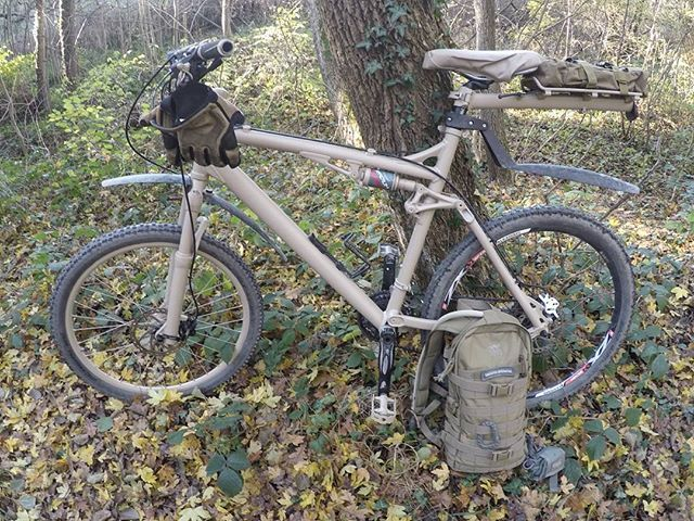 Out with the bush bike. Next step will be a detachable gillie suit mod. And additional pouches for overnight action. The back rim is not painted yet since the spraycan was empty. #bike #mtb #bushcraft #bushcraftgear #outdoors #friluftsliv #explorer #camoflage #camo #diy #painted #ral #mod #biking #cube #hayes #schwalbe #tasmaniantigergear #mechanix