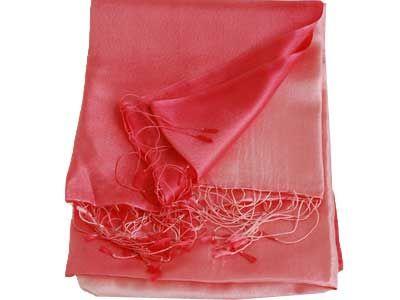 Sjaal 100% zijde, roze. Deze sjaal heeft een mooie kleur schakering van donder naar licht.  Omdat alle sjaals gemaakt worden van handgeweven en geverfde zijde kan de kleur iets afwijken van de afbeelding.