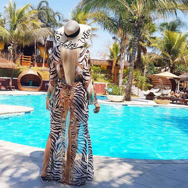 Saída de praia longa com estampa de zebra! ☀️Perfeita para as mulheres que amam peças chics! Apostem no chapéu!