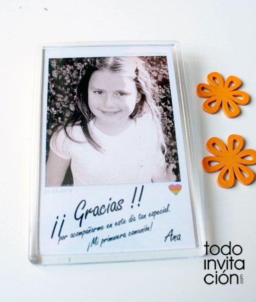 Detalle recordatorio de comunión. Imanes de nevera de 10x7 cm (metacrilato) al estilo de una foto polaroid, personalizados con la foto que nos envíes.