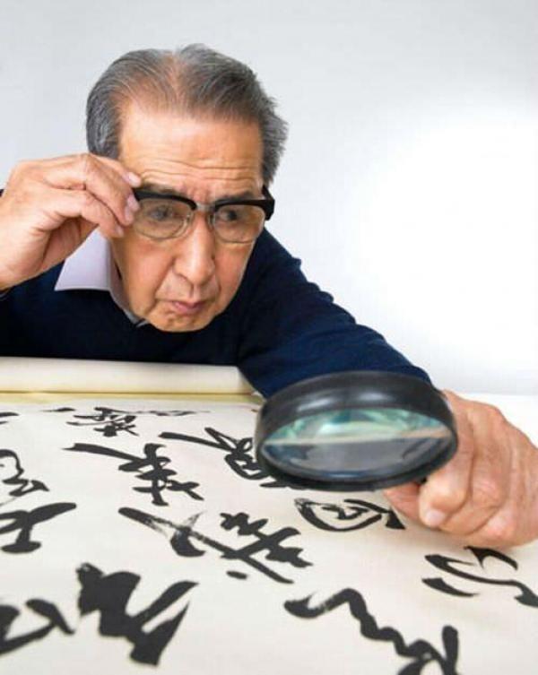 恢復視力-下面這個方法不但老人可以用,年輕人、上班族長期對著電腦的人也可以用。專家建議: 出現眼睛疲勞、視物不清的情況要暫時放下手頭工作,做下麵三個步驟,就能馬上改善情況,立竿見影。1.捏手腕...眼不花,看得...
