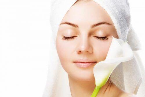10 Rekomendasi Merk Sunblock Untuk Wajah Berjerawat yang Bagus