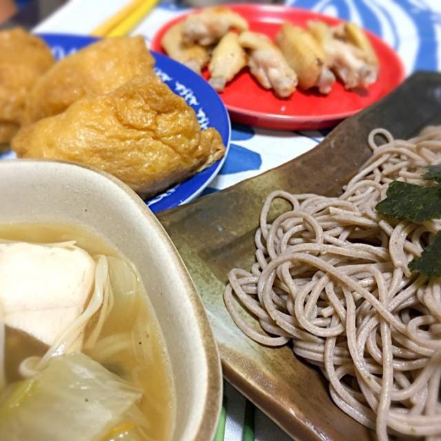 昨日仕込んだ油揚げでお稲荷さん。 酢飯にゴマや紅生姜きざんだので、さわやかめな仕上がりに。 蕎麦のつけ汁は昨夜の鍋の流用。追い野菜もたっぷり、鶏ハムも入れて、寒さ対策。 骨つき鶏は、塩胡椒と酒で下味つけて焼いただけのやつ。 - 12件のもぐもぐ - 具沢山スープの温ったか汁でつけ蕎麦。手羽焼き鶏。稲荷。 by jumin