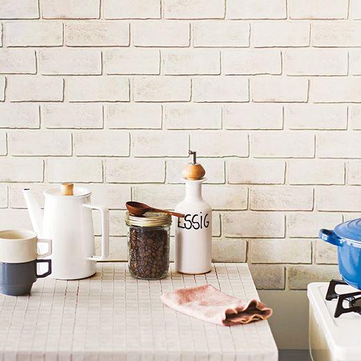 シンクまわりも白タイルにトータルコーディネイト。 あこがれの白いキッチンに貼る白タイル保護シートの会