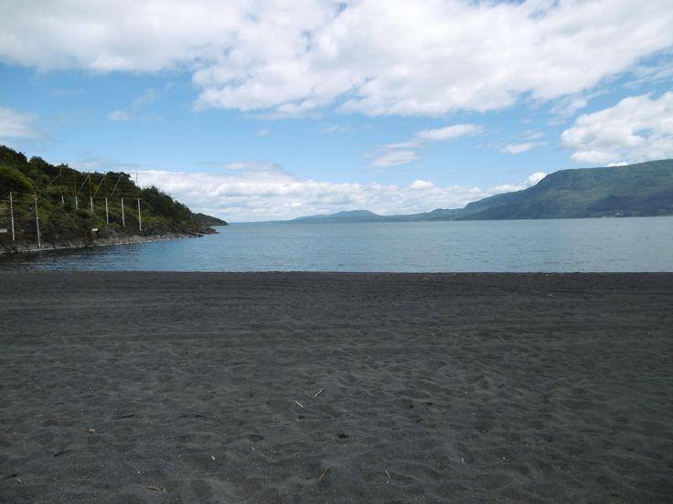 Pucon liegt am Ostufer des Lago Villarrica. Bemerkenswert sind die schwarzen Vulkansande.