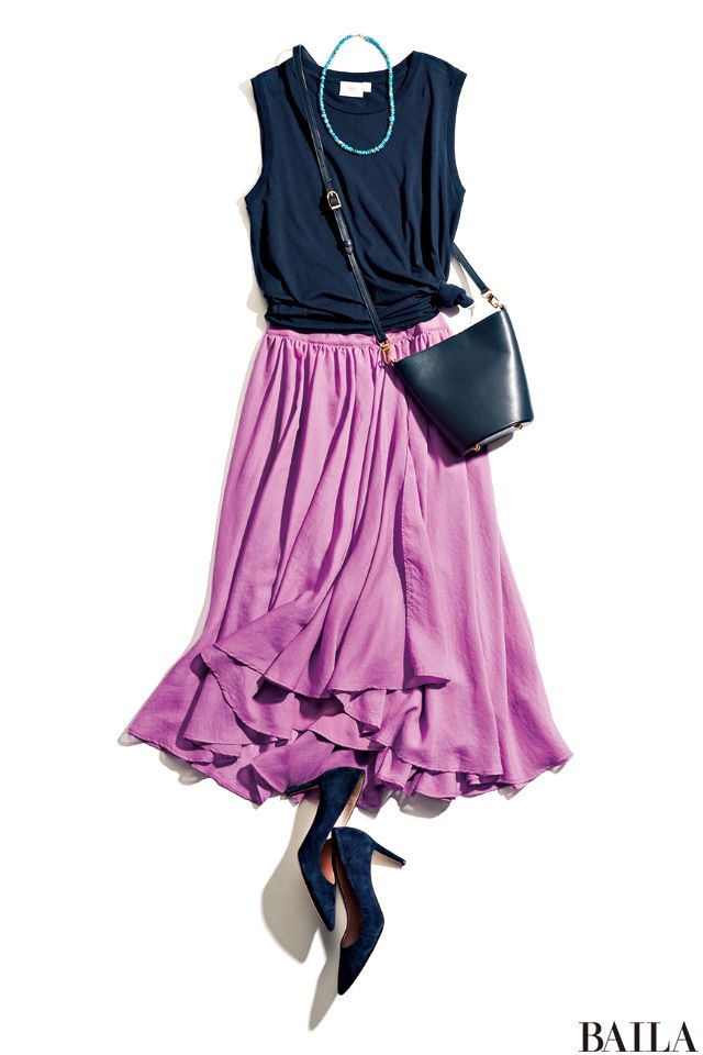 ふんわり空気をはらみフォトジェニックな様子を見せるスカートも、ネイビーとの組み合わせで落ち着いた印象に。ノースリーブの肌出しバランスは、男性からもウケよし。足もとはネイビーパンプスを合わせて、リンク感を出して。アクセサリーを身に着けるなら、ターコイズネックレスで、清涼感を加えるの・・・
