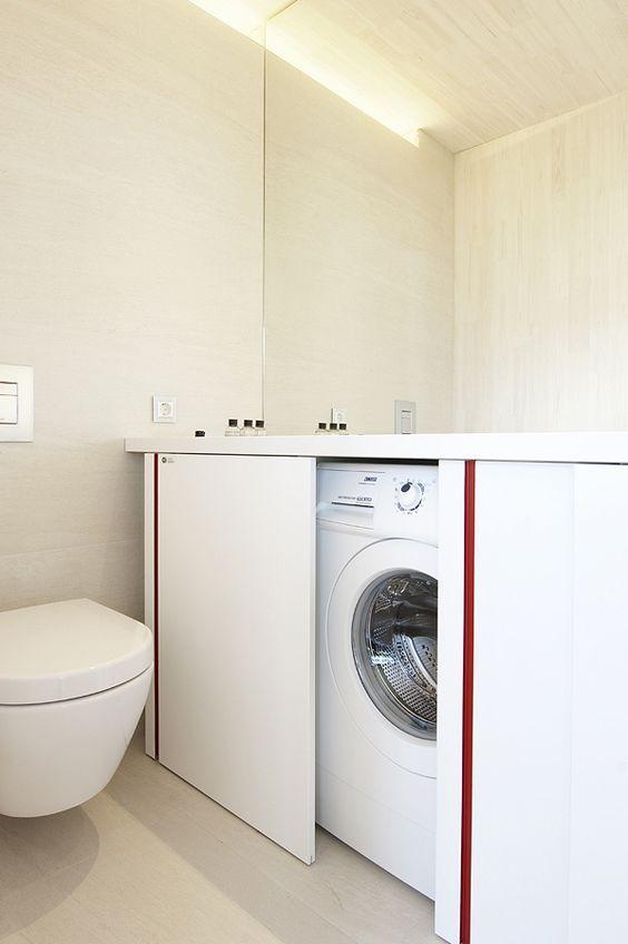 Este é sempre um dilema para apartamentos que contam com uma área de serviço muito pequena: onde instalar a máquina de lavar?? No caso part...