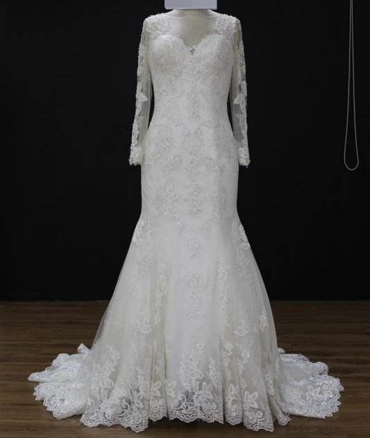 Vestido de noiva semi sereia manga longa, bordado na tela, decote redondo, transparente nas costas,  calda de tule removível com laço , véu opcional. Via Brasil Noivas.