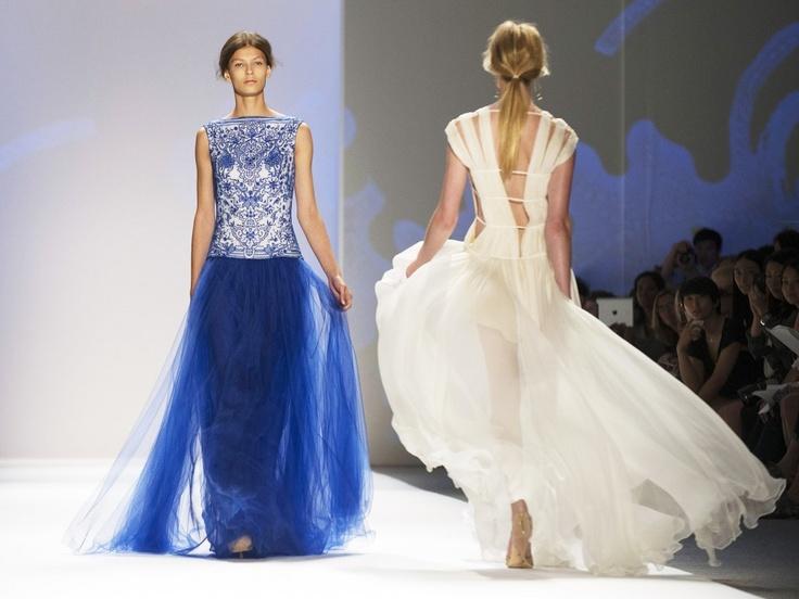 Tadashi Shoji (1948) studeerde Fashion Design. en is begonnen te werken bij een prominente kledingfabrikant. Hij was verontrust door het feit dat vrouwen weinig opties voor speciale gelegenheid jurken in de hedendaagse markt had. In 1982 lanceerde hij zijn eigen collectie, Tadashi Shoji. hij is uitgegroeid tot een bekendheid en word erkend aan zijn originelen ontwerpen en innovatieve collecties.   Bovenlijf van de blauwe jurk is net modern delft blauw waar ik zo ontzettend dol op ben.
