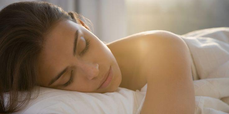 Spanie w ciemności może pomóc ci schudnąć. Sleeping in total darkness could help you lose weight.