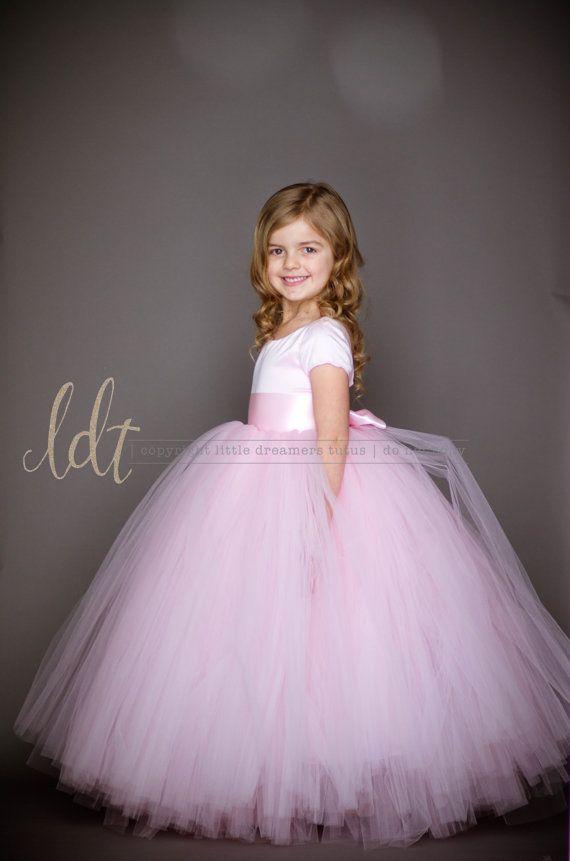 Presentamos el vestido de Sofía!!!!!! Ustedes chicos, estoy en amor con este vestido!!! Se muestra en la luz rosa. Cuenta con una copia sacada con pala, manga corta, una blusa simple y clásica... suspiro... Nada podría ser más sofisticado, elegante y encantador. Y sé que su niña de