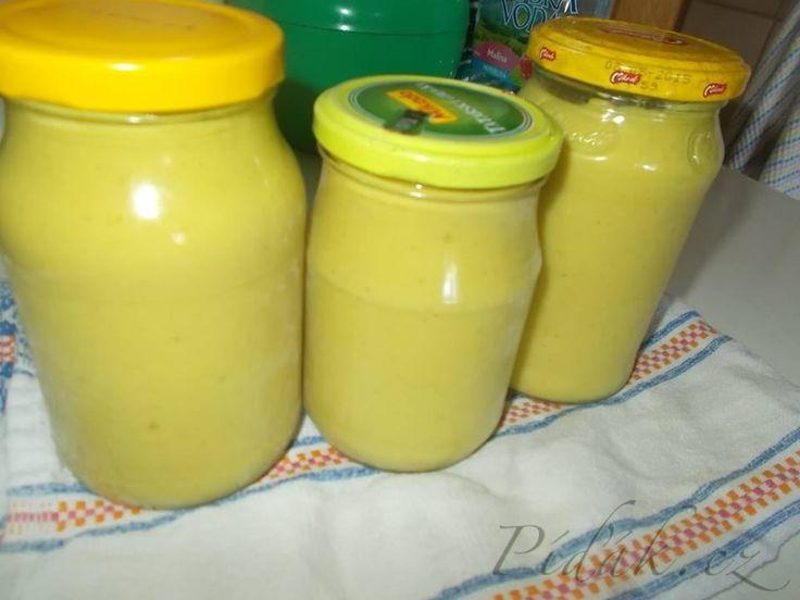 POTŘEBNÉ PŘÍSADY: 2 kg cukety 80 g cukr krupice 10 stroužků česnek 1 lžíce soli 250 ml oleje 100 ml octa 200 g plnotučné hořčice Chilli, kari, sójová omáčka, worcestr   POSTUP PŘÍPRAVY: Cuketu oloupat, vykrojit měkkou část, nakrájet, rozdusit.