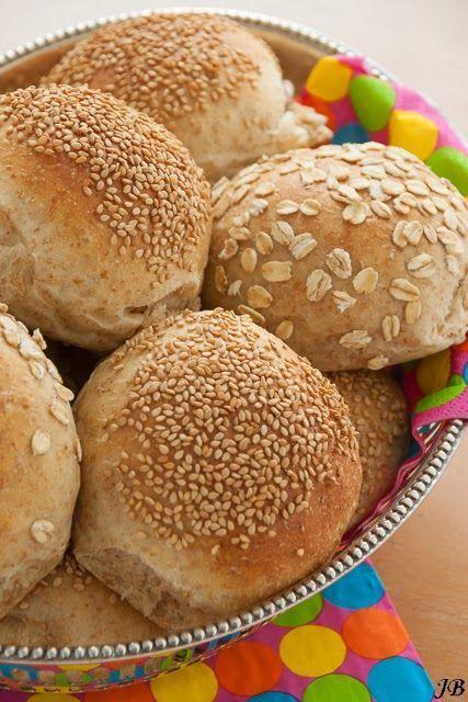 Sinds Levine dit recept op de site van de Broodbakshop heeft gezet, worden deze broodjes hier iedere week wel een keer gebakken. Ze zijn zéér smakelijk en dat komt door de poolish (voordeeg). Dit geef