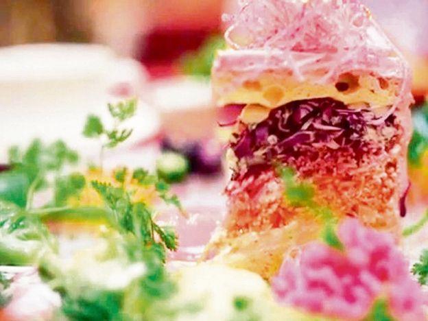 Kek salad jadi fenomena di Jepun   Kek salad ini kelihatan seperti kek biasa yang terdapat di kebanyakan kafe.  NAGOYA - JEPUN. Jika dipandang sekali imbas mungkin ramai penggemar hidangan pencuci mulut berpendapat ia adalah kek biasa yang mengandungi gula dan mentega tinggi. Namun siapa sangka kek tersebut sebenarnya dihasilkan daripada salad. Penghasilan kek tersebut dibuat berdasarkan idea kreatif pakar pereka makanan Misuki Moriyasu yang mahu membuat kek sihat di kafe miliknya Vegedeco…