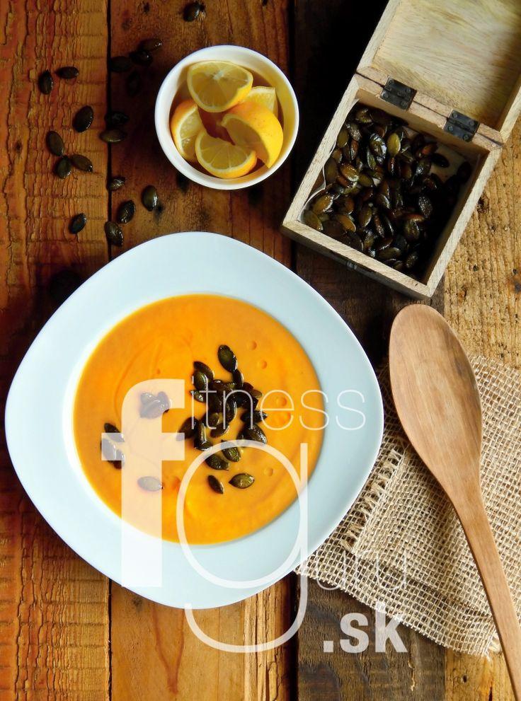 Batátová polévka se zázvorovými dýňovými semínky