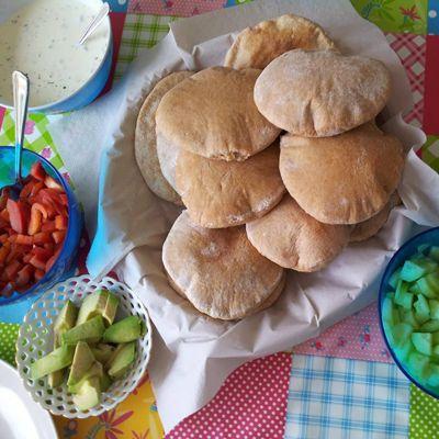 Recept voor zelf spelt volkoren pitabroodjes maken. Ingrediënten voor 12 pita broodjes  - 445 gr speltmeel (volkoren)  - 7 gr gist  - 280 ml lauwwarm water  - 15 ml olijfolie  - 1 tl (keltisch zee)zout