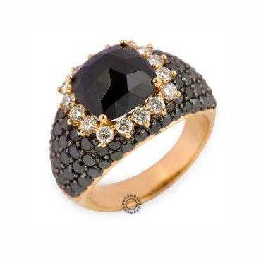 Ένα πολύ εντυπωσιακό δαχτυλίδι ροζ χρυσό Κ18 με κέντρο όνυχα,λευκά διαμάντια περιμετρικά & μαύρα διαμάντια σε όλο το υπόλοιπο ορατό τμήμα του δαχτυλιδιού #ονυχας #διαμάντια  #χρυσος #δαχτυλίδια #rings