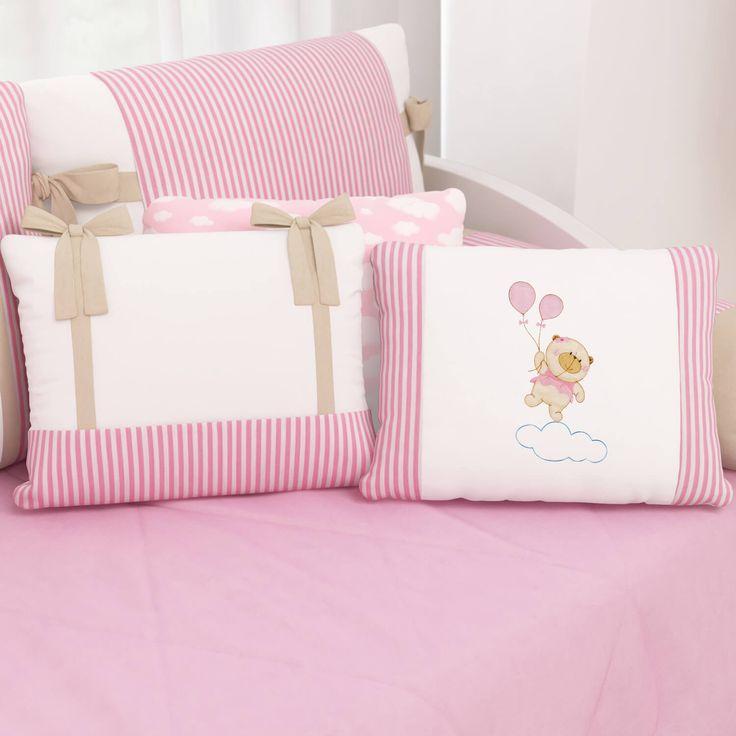 As Almofadas Nina e o Balão são essenciais para a decoração do quarto de bebê cor de rosa. Com bordados e muita diversão, elas vão animar o ambiente!
