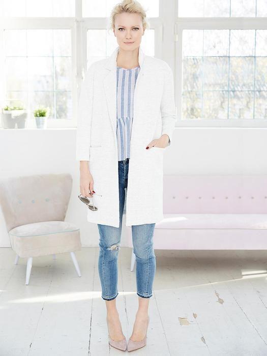 Helle Jeans und weißer Trench – Frühlingslook :)