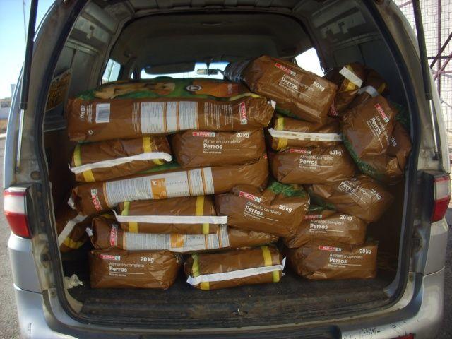 12 nov - 1000 kg voer voor Chiripaina  Niet alleen vroeg Masquechuchos ons om hulp maar ook Chiripaina had geen geld meer om voer voor de honden te kopen. We hebben ook naar hun 500 euro overgemaakt en maar liefst 50 zakken van 20 kg konden ze hier voor kopen