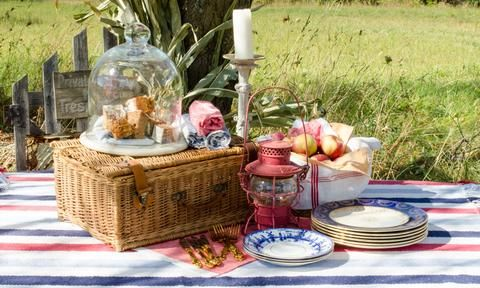 Fancy a fall picnic? How cozy is this!